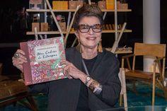 """Costanza Pascolato, lamçamento do livro para colorir """"Meu caderno de estampa"""" Uma de nossas consultoras de Moda Costanza Pascolato, aproveitou a semana do SPFW e lançou na Bienal, seu livro para colorir """"Meu caderno de estampa"""", assim, concedeu uma sessão de autógrafos para o público. Foi um sucesso! #PersonalidadesCaicodeQueiróz #CaicodeQueiroz #CostanzaPascolato"""