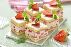 Erdbeeren in leckerer Creme und mit Biskuit-Teig sollten mindestens einmal im Jahr beim Kaffeekränzchen serviert werden.