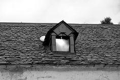 """""""Rustic"""" Just wanted to hope you all a happy Friday. What are your plans for the weekend? Mine is full of rehearsals and backlog. ---- """"Rústico"""" Solo quería desearos un feliz viernes. Qué planes tenéis para este fin de semana? El mío está lleno de ensayos y trabajo atrasado.  #30plusgoodvibes #rustico #window #amateurphotography #lifestyle #spanishblogger #arties #roof #blogger #influencer #influencerlife #happyfriday #weekend #blackandwhite_photography #hikingphotography #valdaran…"""