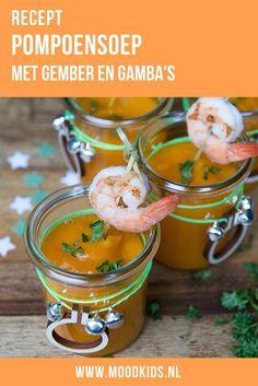 Deze pompoensoep is heerlijk kruidig en door de gamba's erbij ook feestelijk! Je vindt het recept hier. #pompoensoep #gamba's