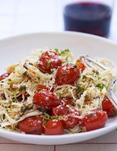 Capellini with Tomatoes and Basil Summer Spaghetti. (angel hair with cherry tomatoes, basil, & parmesan). Would be a yummy easy lunch. (angel hair with cherry tomatoes, basil, & parmesan). Would be a yummy easy lunch. Basil Recipes, Italian Recipes, Pasta Party, Cookbook Recipes, Cooking Recipes, What's Cooking, I Love Food, Good Food, Yummy Food