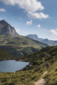 Wandern am Partnunsee im Prättigau, Graubünden in der Schweiz Travel Around The World, Around The Worlds, Train Travel, The Great Outdoors, Adventure Travel, Beautiful Places, Places To Visit, Hiking, Mountains