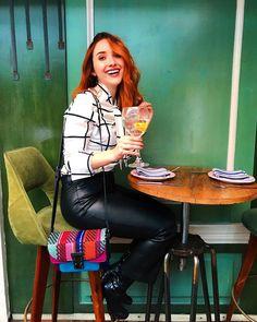 """21.3 mil curtidas, 202 comentários - Camila Esguerra (@camilaesguerra) no Instagram: """"Domingo pre cumpleaños de concierto, tacos, gente que adoro y poca voz pero igual se goza ✨ desde…"""" Burgundy Lips, Red Lips, Long Legs, Tacos, Casual Outfits, Musical, Instagram, Wattpad, Girls"""