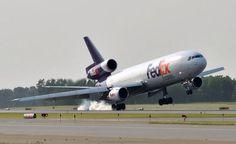 FedEx DC-10 freighter crosswind landing
