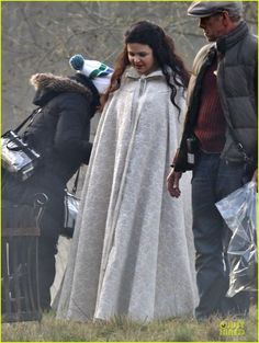 Ginnifer Goodwin Covers Baby Bump on 'Once' Set!   ginnifer goodwin covers baby bump on once set 12 - Photo