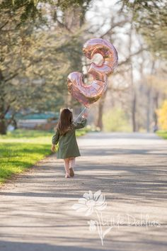 Little girl birthday session, 3 year old photoshoot, number 3 balloon, rose gold, Little Dahlias Pho Little Girl Photography, Children Photography Poses, Old Photography, Toddler Photography, Kids Birthday Photography, Balloons Photography, Indoor Photography, Toddler Birthday Pictures, Toddler Pictures