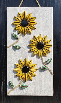 Sunflowers made from recycled bottle caps Beer Bottle Top Crafts, Beer Cap Crafts, Bottle Cap Projects, Beer Cap Art, Beer Caps, Bottle Cap Art, Bottle Cap Table, Sunflower Crafts, Recycled Crafts