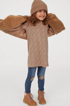 Straight-cut dress in soft cotton jersey with a printed pattern. Round, ribbed neckline, ruffle over shoulders, and long sleeves. Fall Outfits, Kids Outfits, Straight Cut Dress, Dark Beige, Fashion Company, What To Wear, Personal Style, Long Sleeve, Pattern
