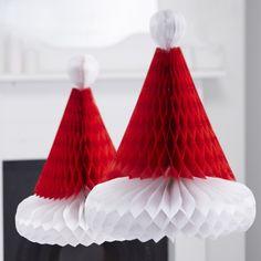 Waben Dekoration in Form eines Weihnachtshutes in rot weiß Farbe, besonders geeignet zum Aufhängen oder als Tischdekoration für Weihnachten.  Packung enthält 2 Santa Hüte ca. 31 cm Hoch.