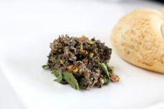 Tapenade van zwarte olijven, zongedroogde tomaten en pistachenoten