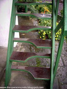 A Encantada. Em Petrópolis, região serrana do RJ, está localizada a Casa de Santos Dumont. Trata-se de uma pitoresca residência no alto de um morro, na Rua do Encanto. O degrau obriga o visitante a começar sempre com o pé direito.
