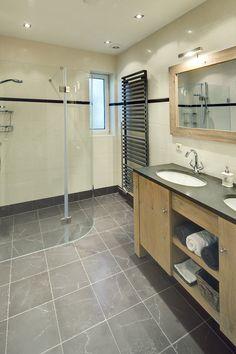 Badkamer met natuurstenen tegels voor een landelijke uitstraling en een wastafelmeubel op maat.