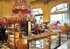 """""""""""Confiteria Las Violetas"""""""" fundada en 1884, en Rivadavia y Medrano, eran habitues Gardel, Alfonsina Storni, entre otras grandes personalidades. Su arquitectura lujosa de arañas doradas, marmoles italianos y sus vitraus, hicieron de esta confiteria, declararla patrimonio cultural"""