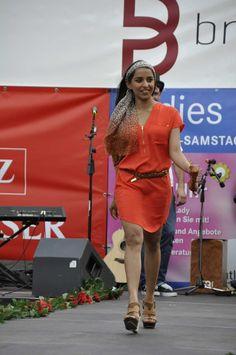 Ramanpreet Kaur entschied sich für einen roten #Safari-Look. Ihr rotes #Sommerkleid kombiniert sie stilvoll mit braunen Accessoires in Leder- und Leoparden-Optik. Blickfang ist das Leo-Tuch das sie als Haarband einsetzt. Dies belebt Ihr Outfit und verleiht ihr Länge. Top-Leistung! Um wenigstens einen Verbesserungsvorschlag zu nennen - ein Armreif passend zu den Creolen. #Ladies Day #Shopping #Lady #Rot #Outfit #Accessoires #Mode #Fashion #Reutlingen