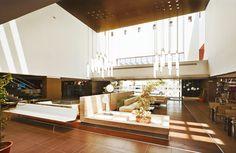 Iluminación en el interior de un hotel con nuestras luminarias Antorcha Ikaro.  #Iluminación #IluminaciónInterior #IluminaciónLed #DiseñoIluminación #Diseño #Luz #Light #Lighting #Lightdesign #LedLight #LedLighting #InteriorDesign #Design #Hotel #Pendant #Luminarias #Luminaries #IluminaTusIdeas #Luxycon
