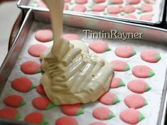 Resep Cara Membuat Motif pada Japanese Roll Cake - How to make japanese roll pattern oleh Tintin Rayner - Cookpad Japanese Swiss Roll Recipe, Japanese Roll Cake, Baked Donut Recipes, Cake Recipes, Coconut Buns, Asian Cake, Resep Cake, Birthday Sweets, Cupcakes