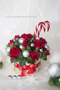 Букеты из конфет - идеи и практика Christmas Vases, Christmas Flowers, Christmas Centerpieces, Christmas Love, Beautiful Christmas, Christmas Crafts, Winter Floral Arrangements, Christmas Flower Arrangements, Creative Christmas Gifts