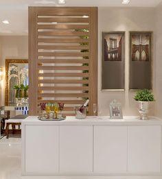 arqmbaptistaPainel divisória em madeirado que disfarça a porta do lavabo e móvel buffet com portas leve toque para louças - tudo lindo e prático