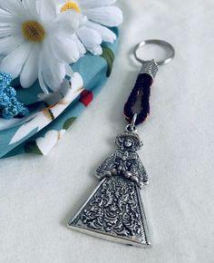 Llavero de la Virgen del Rocío. Hecho a mano. Materiales: acero. 3,99€ #virgendelrocio #souvenirs #llaveros #regalos Personalized Items, Steel, Blue Nails, Presents, Hand Made