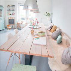 Maak je eetkamer nog knusser met een bank en wat gezellige kussen en dekens | OBLY.com wooninspiratie platform & blogazine