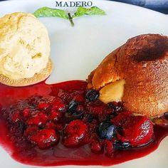 Petit Gâteau de Doce de Leite com Sorvete artesanal de vanilla e calda de frutas vermelhas... sensacional!  #Madero #Sobremesa #PetitGateau #Sorvete #IceCream #Dessert #Artesanal #LaysaDurski @JuniorDurski :: Imagem por @jonvilela http://ift.tt/2bSsZTT - http://ift.tt/1qZ52yi