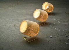 Las lámparas se presentan en una múltiple variedad de modelos, ya sean colgantes, de pie y de formas muy diversas. Lo que tienen en común es que todas están realizadas en mimbre natural, con la técnica de tejido tradicional de 1x1. Diseño de The Andes House