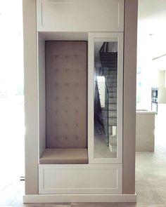 Zabudowa w skandynawskim stylu z siedziskiem i mniejszym lustrem. Jak wam się podoba?  #zabudowa #biel #white #wardrobe #szafa #kleiderschrank #lustro #mirror #siedzisko #skandynawskistyl #scandinavian #garderob #möbel #dom #homesweethome #decor #design #furniture #meble #meubles #nawymiar #stolarz #interior #wnętrze #remont #mjakmieszkanie #homestagram #warszawa #warsaw #poland Home Entrance Decor, House Entrance, Home Decor, Shoe Cupboard, Hallway Furniture, Hallway Designs, Bad, Kitchen Decor, Home Appliances