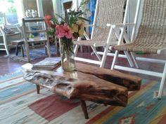 Nuevamente cambiamos nuestro living. Optamos por una mesa ratona realizada con madera de un viejo arbol de Olivo. Esta madera tiene una beta increible qie acompaña y realza el diseño.  La acompañamos con unos sillones de 2 posiciones tapizados en cardo. Veni a conocer nuestra variedad de mesas. Tenemos en madera de Jacaranda de Bahia, Peroba rosa. Te esperamos