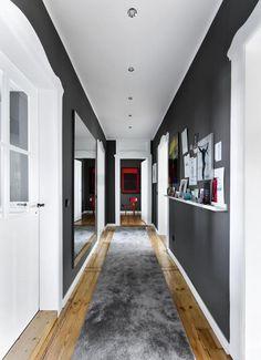 Fantastisch Ein Großformatiger Spiegel An Der Wand Vergrößert Optisch Den Schmalen  Raum. Mehr Ideen Findest Du