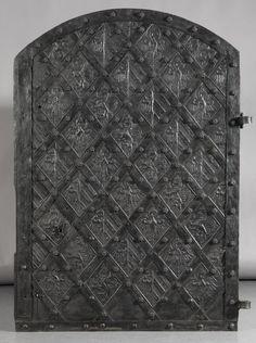 Tür mit Rautenarmatur und Wappen (Tür aus Holz) Inventarnummer: A150 Datierung: um 1400 Ort: Nürnberg Material/Technik: Tannenholz, Eisen, Eisenblech Maße: H. 155 cm; B. 115 cm, T. 13,2 cm Sammlung: Bauteile und historisches Bauwesen