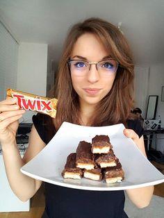 Słodycze bez cukru- czy to może smakować dobrze? Tak! A czasami nawet lepiej od oryginału! Lata praktyki w kuchni, miesiące szukania inspiracji i godziny spędzone przy piekarniku sprawiły, że zdrowsze odpowiedniki słodyczy naprawdę mogą zaspokoić pragnienie nawet największego smakosza słodkości. Oto top 5 przepisów na fit słodycze, które specjalnie dla was przygotowała Magdalena Hajkiewicz (@magda.wiemcojem). … Mini Appetizers, Vegan Treats, Food Inspiration, Nutella, Fig, Waffles, Tasty, Fitness, Breakfast