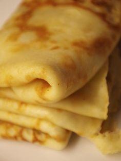 Recept på Gammaldags pannkakor. Enkelt och gott. Pannkakor görs på vetemjöl, mjölk och ägg och smaksätts med socker och salt. Smeten vispas ihop och steks i smör i stekpanna. Medan man steker är det klokt att röra i smeten då och då, så att inte allt mjöl sjunker till botten. Det finns många olika sätt att äta pannkakor på, men vispad grädde och sylt är en favorit bland de flesta. Annars är strösocker och en liten klick smör ett alternativ. Förr åts dessa pannkakor ofta kalla. Austrian Recipes, Swedish Recipes, Food For The Gods, Sweet Dumplings, Pancakes And Waffles, Dessert For Dinner, Recipe For Mom, Everyday Food, Food For Thought