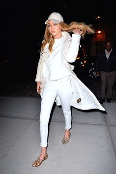 Gigi Hadid from White Jeans for the Win! Gigi Hadid in white skinny jeans should be enough proof your closet's been missing something. Fashion Casual, Look Fashion, Autumn Fashion, Fashion Outfits, Estilo Gigi Hadid, Gigi Hadid Style, Gigi Hadid 2017, Gigi Hadid Outfits, Vogue Photo