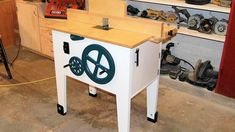 Woodworking Bench Build a router table with integrated lift mechanism. Woodworking Diy Gifts, Used Woodworking Tools, Cool Woodworking Projects, Woodworking Workbench, Woodworking Furniture, Woodshop Tools, Wood Projects, Making A Router Table, Homemade Router Table