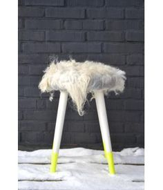 Upcycled woll felt stool with neon dip dye feet. Handmade by Dolle Dottie. www.metdehand.nl