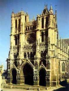 Catedral Nuestra Señora de Amiens (Francia) La catedral Nuestra señora de Amiens fue construída entre 1220 y 1528 en Francia. En esta construcción religiosa predomina el estilo gótico u ojival. Es la segunda catedral más alta del mundo.