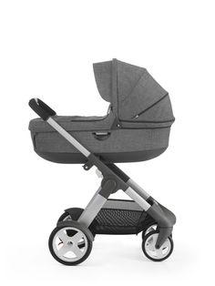 Stokke® Crusi™ har et bredt utvalg av mulige konfigurasjoner. Understellet har låsbare front-svinghul, integrert demping, høydejusterbart håndtak og en ekstra stor oppbevaringskurv. Den romslige, godt polstrede babybagen gir barnet ditt en komfortabel tur. Setet kan brukes vendt mot foreldrene eller vendt ut mot verden. Mulighet for søsken løsning.