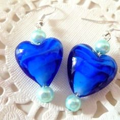 Boucles d'oreilles coeurs bleus foncés irisés bleu clair et perles nacrées bleu pâle