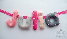 Nombre de fieltro personalizado en tonos rosas y grises para decorar el dormitorio de las niñas. www.facebook.com/granpequeshop