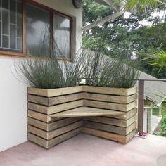 Bank und Sichtschutz über Eck gebaut aus Paletten. DIY Bank aus Paletten. Sichtschutz mit Bank und Gräsern selber bauen.