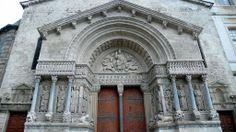 Portada occidental de la iglesia de Saint-Trophime de Arlés (Francia). Fachada planteada a modo de arco del triunfo debido a las influencias de la antigüedad clásica -Escultura románica de provenza.