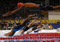 Não é a primeira vez que atletas contam que aprenderam o esporte pelo Youtube. Até os meros mortais apaixonados pelo esporte dependem do streaming no lugar de treinadores e inspiração. Mas esse haitiano foi além e aprendeu a nadar assistindo às braçadas de Phelps. Sem nenhuma piscina olímpica (50 metros de comprimento) na ilha caribenha, Frantz Dorsainvil nos lembra que a única que havia no país foi destruída pelo terremoto de 2010, e até hoje não foi reconstruída. Com treinos no mar em uma…