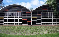 Facultad de Ingeniería de la Universidad Central de Venezuela. Arq. Carlos Raúl Villanueva. 1950. Mural de la biblioteca y fachada oeste Ingeniería Sanitaria. Mural realizado por Alejandro Otero.