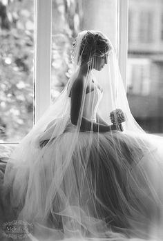 Una hermosa fotografía de la novia lista para hacer su entrada nupcial.