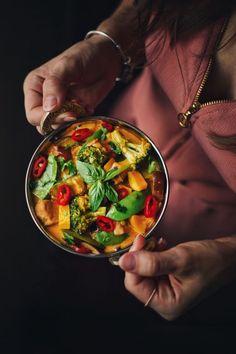 Když nevíte coby, dejte si červený curry. Sice se to vůbec nerýmuje, zato je to fakt dobrý! Ratatouille, Curry, Ethnic Recipes, Food, Curries, Essen, Meals, Yemek, Eten