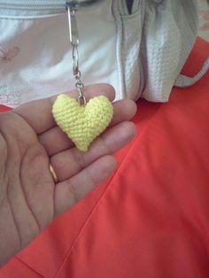 Chaveiro coração amigurumi.
