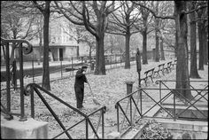 Paris automne 1963, par André Kertész - street sweeper the quai at canal Saint Martin