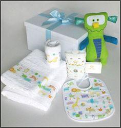 Set # 3 para nene.  Caja de presentación+Babero+babita+juego de toallón y toalla+muñeco+fécula Petit enfant+jabón Petit Enfant