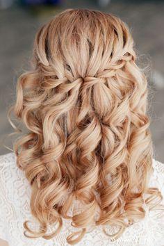 Flechtfrisuren halboffen lockiges Haar Wasserfallzopf