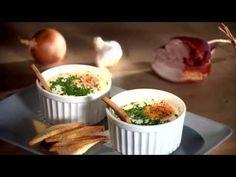 Pożywne, ciepłe śniadanie będzie idealnym początkiem jesiennego dnia. Jajka, soczewica ipomidory doprawione świeżą kolendrą, pikantnym aromatycznym kminem rzymskim i kolorowym pieprzem to ciekawa odmiana dla tradycyjnych potraw śniadaniowych. Mashed Potatoes, Ethnic Recipes, Food, Whipped Potatoes, Smash Potatoes, Essen, Meals, Yemek, Eten